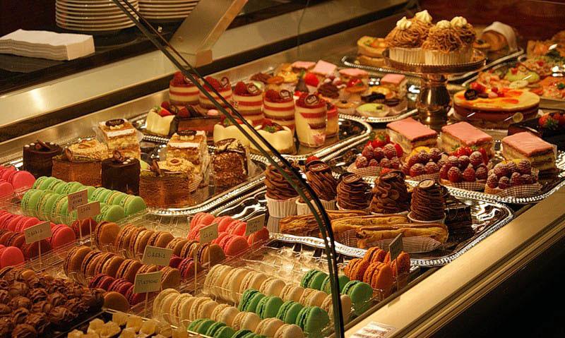 фотографии оформления витрин с десертами навальный